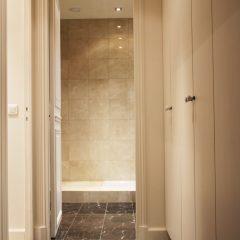 Salle de bain à Paris 75004 : revêtement de sol et murs marbre brun royal et crème marfil.