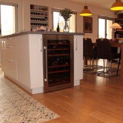 cuisine ouverte rénovée avec carreaux de ciment au sol